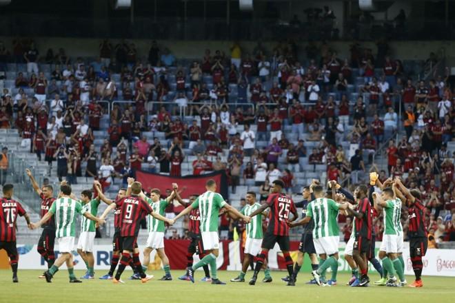 Histórico: jogadores de Atlético e Coritiba de mãos dadas antes do jogo que não aconteceu. | Hugo Harada/Gazeta do Povo