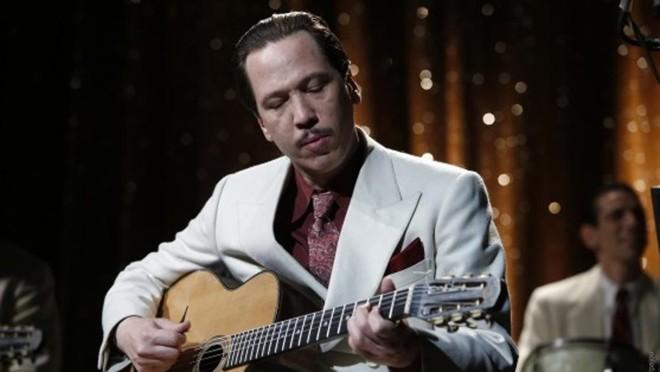 Reda Kateb interpreta o guitarrista Django Renhardt, que influenciou jazzistas e roqueiros | Divulgação/