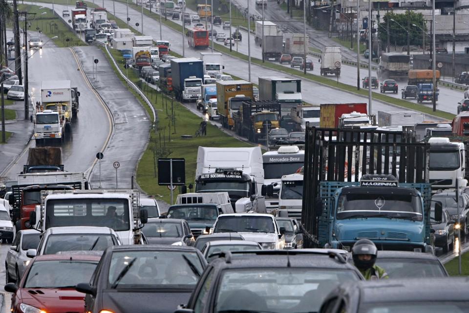 5c5685d90 Curitibano passou 83 horas parado no trânsito em 2016