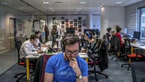 Funcionários da Jukedeck, startup com um software que faz jingles. | ANDREW TESTA/NYT