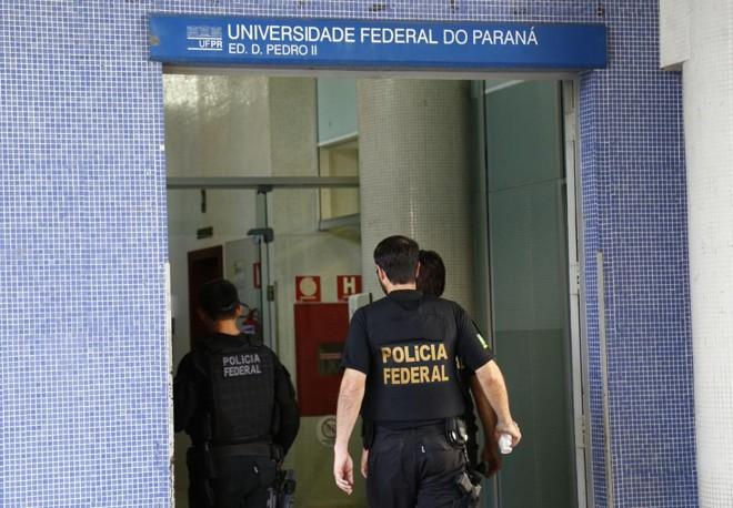 Agentes da Polícia Federal fazem busca na reitoria da UFPR na Operação Research.   Aniele Nascimento/Gazeta do Povo