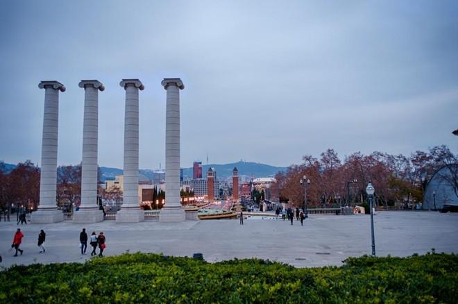 Barcelona decidiu impor restrições ao turismo e proibiu a construção de novos hotéis na parte central. na foto, vista do Monte Juic, ao anoitecer. | el_ave/Creative Commons/