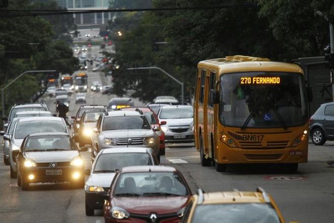 Trânsito lento na manhã desta sexta, em Curitiba | Jonathan Campos/Gazeta do Povo