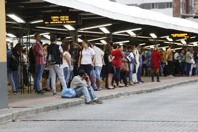 Usuários do transporte lotaram terminais nesta sexta-feira | Atila Alberti/Tribuna do Parana