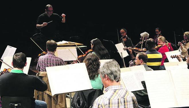 O maestro convidado Alexandre Brasolim ensaia com a OSP em foto de 2015. | Fernanda Castro/Divulgação