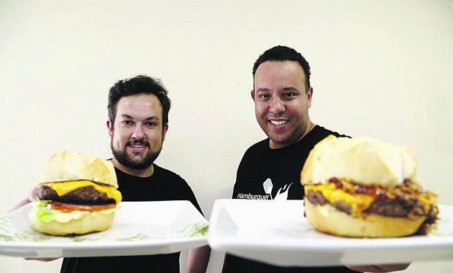 """""""Homem-hambúrguer"""": franquia faz lanches na casa das pessoas. Na foto, os criadores da empresa, Walter Rolim e Moroni Rolim.   Henry Milleo/Gazeta do Povo"""