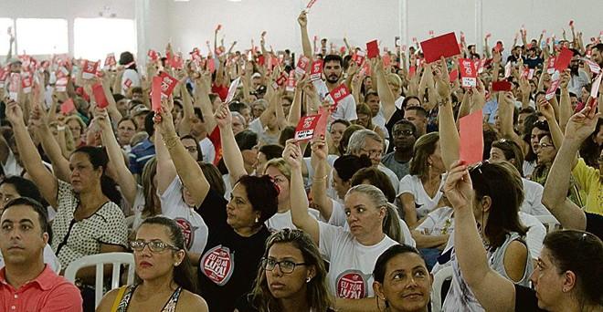 Professores vão participar de ato nacional dia 15 de março. Na foto, categoria reunida em assembleia | Gazeta do Povo
