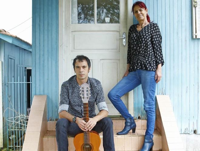 O musico e filho Ivan Rodrigues e a esposa e parceira Suka :  coerência  com a música de Ivo. | Antônio More/Gazeta do Povo