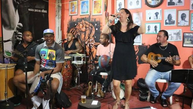 A cantora Maytê Corrêa no Quintal da Maria: samba de raiz em Curitiba. | Divulgação/