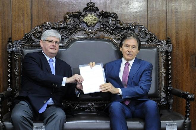Janot (à esq.)entrega o anteprojeto para o presidente do Senado, Eunício Oliveira (PMDB-CE) | Jane de Araújo/Agência Senado