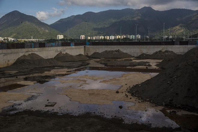 Piscina de aquecimento para as competições de natação está abandonada no Parque Olímpico | DADO GALDIERI/NYT