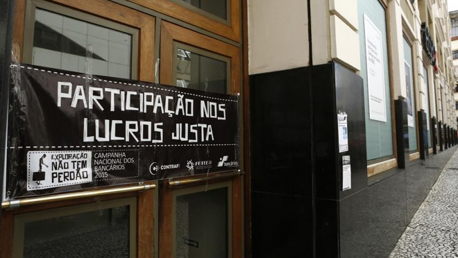Protesto de sindicato em agência bancária de Curitiba. | Marcelo Andrade/Gazeta do Povo