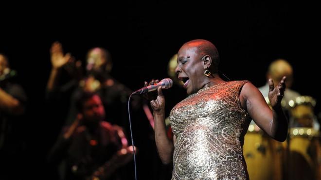 Sharon Jones em ação após se tratar do câncer: cantora dizia que quando se apresentava no palco, a dor desaparecia. | Divulgação/