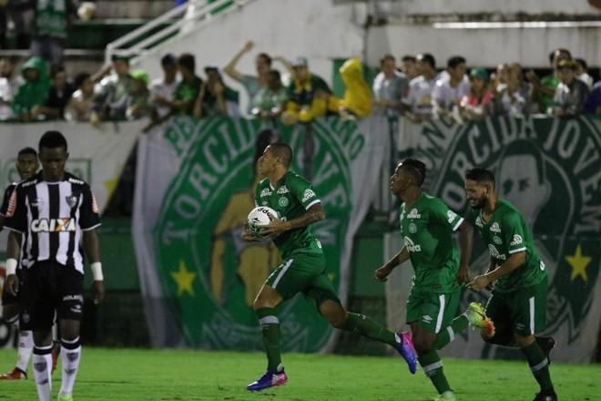 Wellington Paulista carrega a bola após fazer o primeiro gol da Chapecoense contra o Galo: reação insuficiente. | Flickr/Chapecoense/Divulgação
