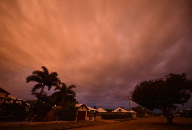 Ciclone tocou a terra ao meio-dia (horário local) desta terça, em Queensland | PETER PARKS/AFP