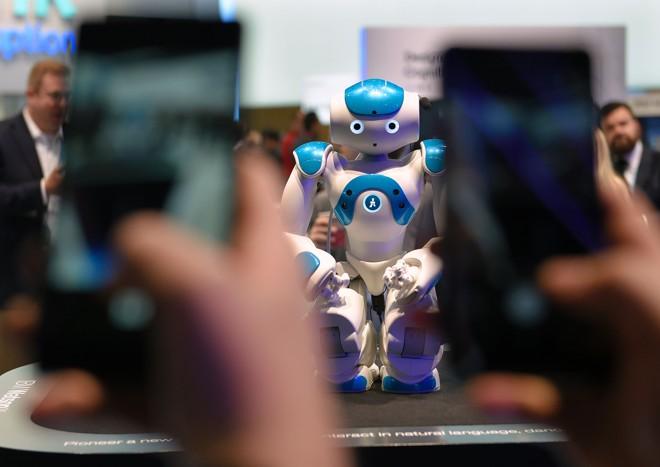 Futuro do Trabalho: seu filho vai trabalhar em algo que ainda não existe. Fórum Economico Mundial aposta no crescimento das oportunidades nas áreas de Exatas, como a robótica. Veja na Gazeta do Povo | LLUIS GENE/AFP