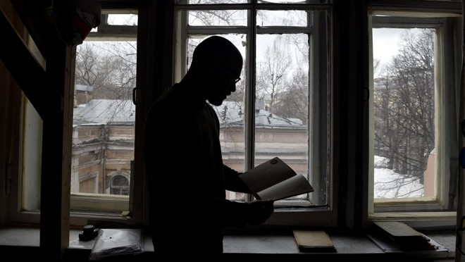 Historiador Mikhail Melnichenko mostra um dos diários do período stalinista | Natalia Kolesnikova/AFP