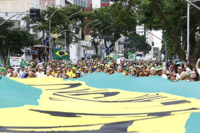 Protesto em Curitiba: centro da Lava Jato teve uma das maiores manifestações neste domingo (26) | Aniele Nascimento/Gazeta do Povo