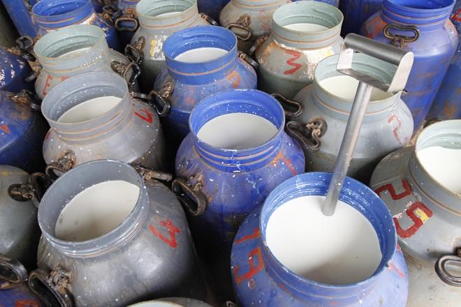 De acordo com o ministério, as empresas recebiam leite vencido e, além do próprio leite em caixinha, fabricavam creme de leite a granel e outros derivados. | Jonathan Campos/Gazeta do Povo