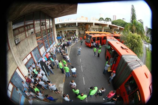 Protesto na Urbs reuniu, nesta quinta-feira, trabalhadores do transporte público | Daniel Castellano