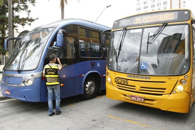 Agente da Urbs fiscaliza circulação de ônibus pelo centro da cidade | Jonathan Campos/Gazeta do Povo