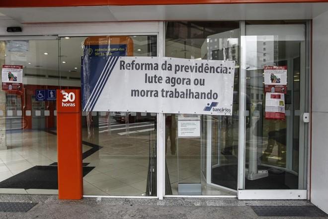 Bancários aderiram aos protestos contra a reforma da Previdência. | Jonathan Campos/Gazeta do Povo