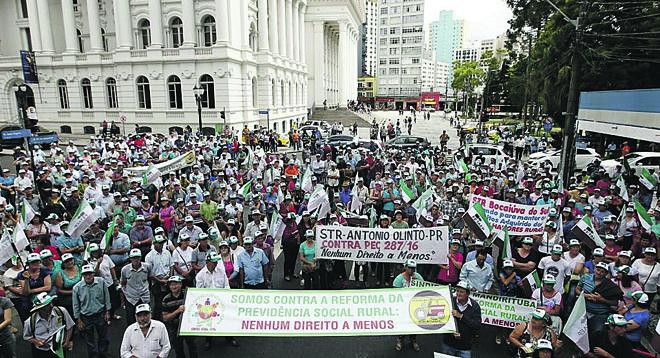 Protesto de trabalhadores rurais contra a reforma da Previdência em Curitiba nesta quarta-feira (8):maioria da população rejeita proposta do governo.. | Jonathan Campos/Gazeta do Povo