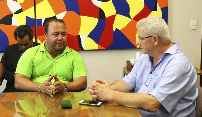 Presidente da Urbs, José Luiz Andrueguetto (à direita) e o presidente do Sindimoc, Anderson Teixeira, (camisa verde) durante mesa de negociações na Urbs | Daniel Castellano/Gazeta do Povo