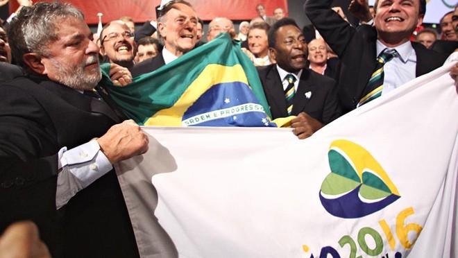 O então presidente Lula comemora junto com a delegação brasileira a escolha do Rio de Janeiro como cidade-sede das Olímpiadas de 2016 . | Ricardo Stuckert/PR