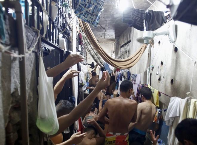 Delegacias de polícia abrigam cinco vezes mais presos do que a real capacidade do sistema. | Atila Alberti/Tribuna do Parana