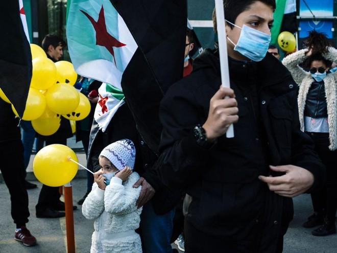Imigrantes sírios na Bulgária protestam em frente à embaixada síria em Sófia, capital do país, contra o ataque com armas químicas promovido pelo governo na cidade de Idlib. | Dimitar Dilkoff/AFP