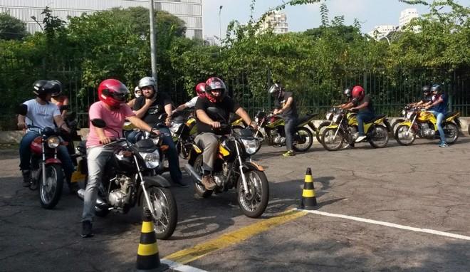Especialistas criticam método atual de formação de motociclistas apenas em local fechado. | Agência Infomoto/Divulgação