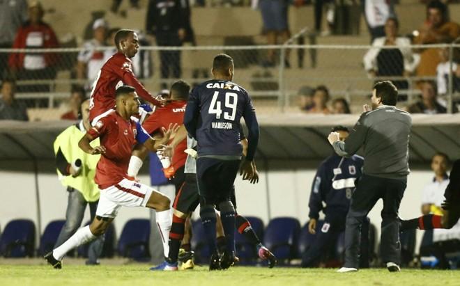 Jogadores do Paraná partem para cima dos do Atlético após a partida. | Daniel Castellano/Gazeta do Povo