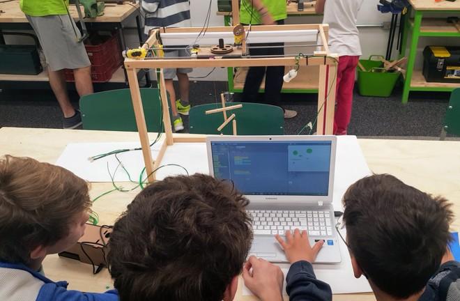 Alunos programam durante projeto de teatro de bonecos robóticos: múltipla escolha passa longe daqui | Divulgação/