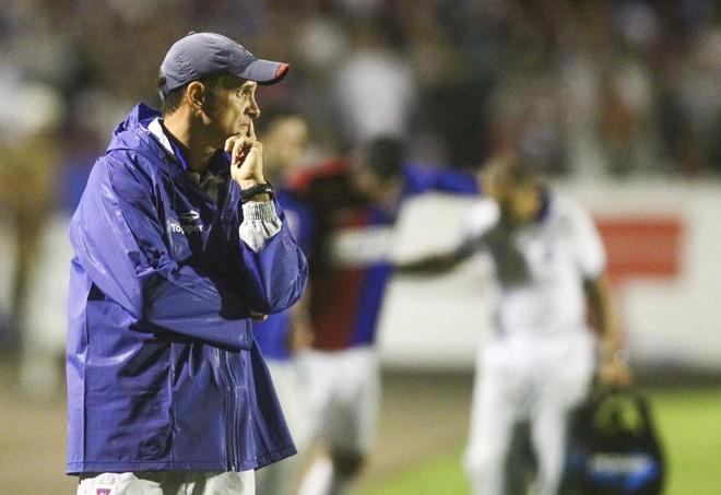 Lopes apreensivo durante o clássico na Vila. | Daniel Castellano/Gazeta do Povo