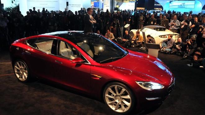 Model S, carro elétrico da Tesla. Montadora se tornou a fabricante de veículos mais valiosa dos Estados Unidos, superando GM e Ford. | Bryan Mitchell/AFP