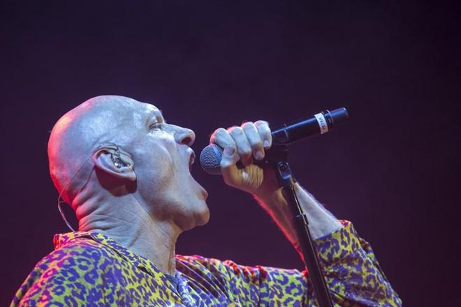 Peter Garrett puxou o público curitibano para cantar os principais hits. | Marcelo Andrade/Gazeta do Povo