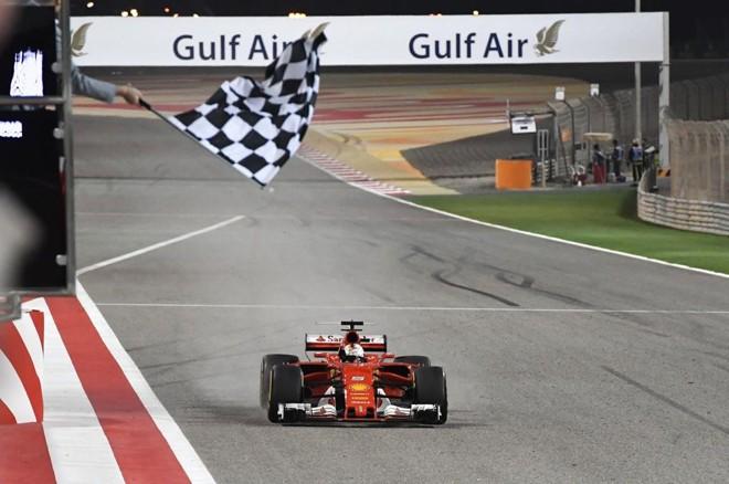 Sebastian Vettel cruza a linha de chegada em 1.º lugar. | ANDREJ ISAKOVIC/AFP