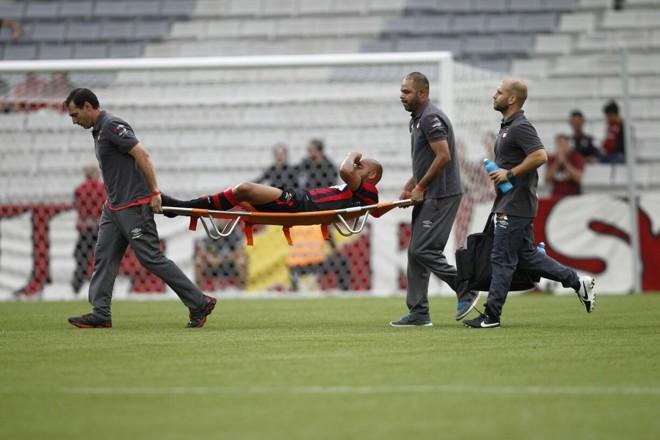 Jonathan foi um dos jogadores do Atlético que deixou o campo lesionado. | Jonathan Campos/Gazeta do Povo