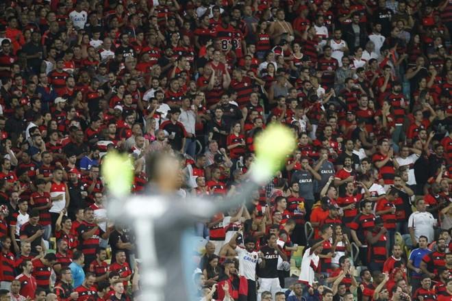 Weverton com a torcida do Flamengo ao fundo no Maracanã: vacilo atleticano. | Jonathan Campos / Gazeta do Povo – enviado especial