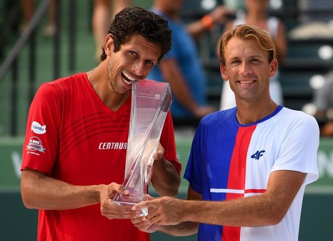 Marcelo Melo e Lukasz Kubot seguram o troféu conquistado nas duplas do Masters 1.000 de Miami. | Rob Foldy/AFP