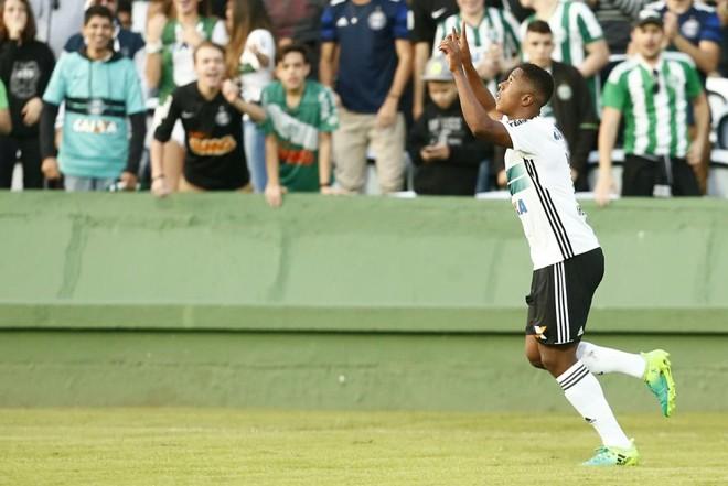 Iago comemora o gol marcado diante do Cianorte. | Hugo Harada/Gazeta do Povo