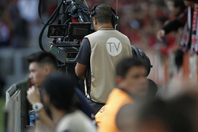 Equipe que trabalhou na transmissão via Youtube do primeiro Atletiba decisivo neste domingo.   Jonathan Campos /Gazeta do Povo