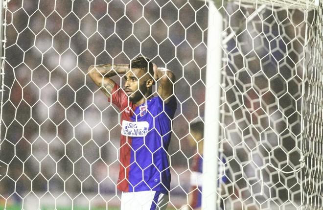 Jogador do Paraná lamenta gol perdido. | Daniel Castellano/Gazeta do Povo
