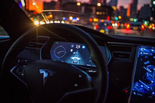 Tesla é uma das empresas que tentam popularizar carros autônomos. | Christopher Goodney/Bloomberg