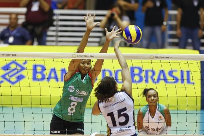 Valeskinha tenta o bloqueio na partida do Clube Curitibano com o Barueri. | William Lucas/Inovafoto/CBV