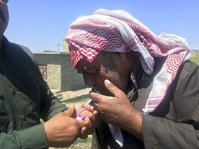 Mohamed Ahmed Saleh acende um cigarro — até recentemente proibido pelo Estado Islâmico em Badoosh, cidade iraquiana perto de Mosul | Rukmini Callimachi/NYT