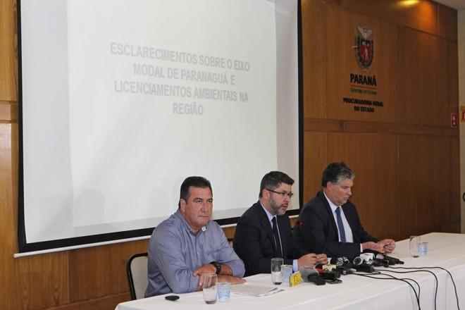 Paulo Rosso, ao centro, ladeado pelo presidente do IAP, Luiz Tarcísio Mossato (à esq.) e Luiz Henrique Dividino, diretor-presidente da Appa | Antônio More/Gazeta do Povo
