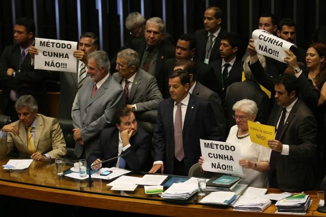 O presidente Rodrigo Maia (DEM-RJ) foi comparado a seu antecessor, Eduardo Cunha, que costumava repetir votações quando os projetos de seu interesse eram derrotados até que houvesse a vitória. | Fábio Rodrigues Pozzebom/Agência Brasil
