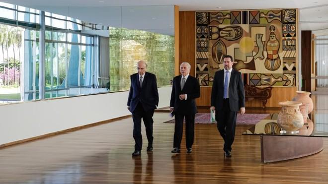 Henrique Meirelles, Michel Temer e Dyogo Oliveira:governo superestimou o crescimento da economia e arrecadação e errou feio na elaboração do Orçamento   Marcos Corrêa/PR